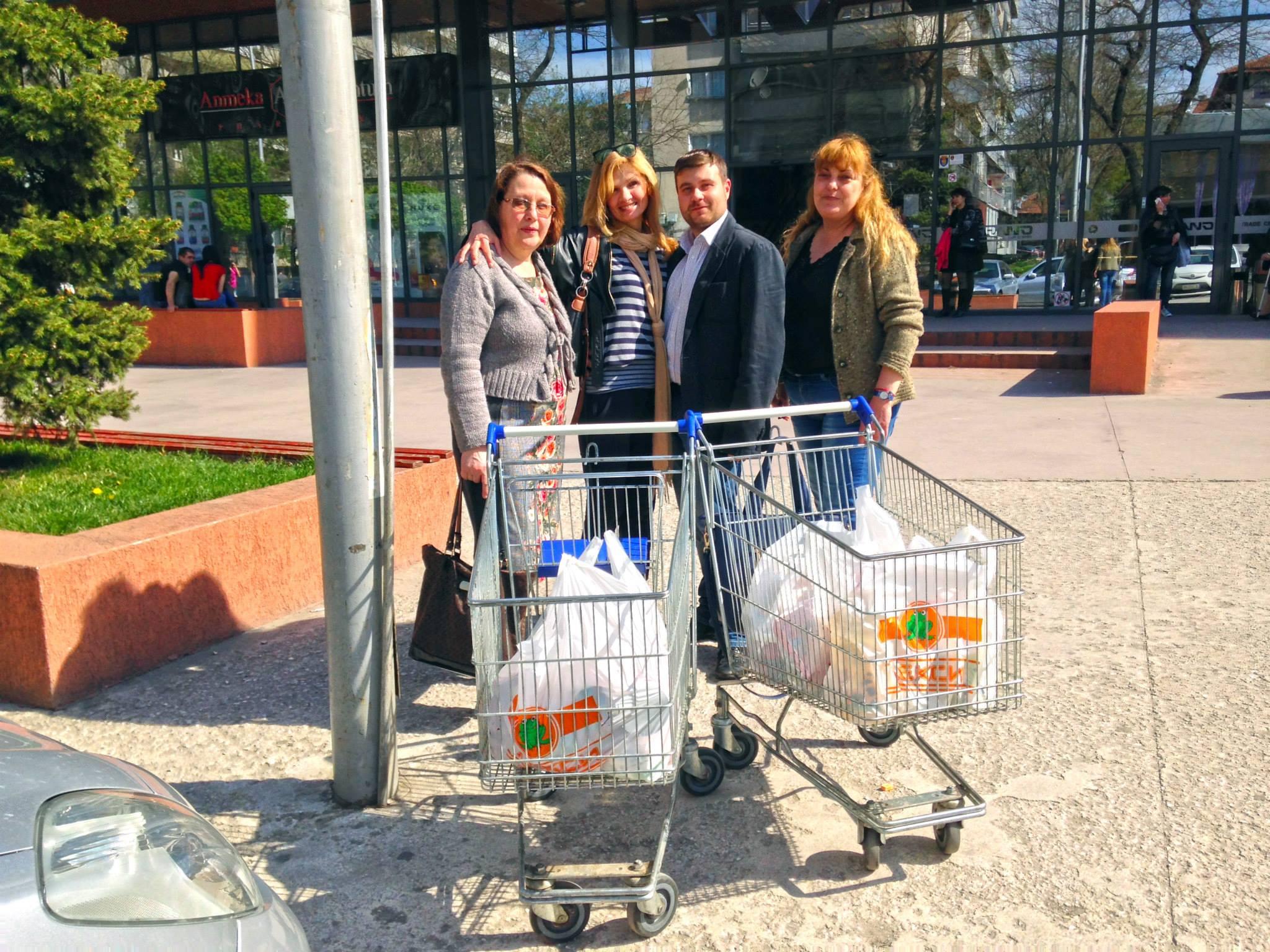Любомир Чакъров и дамите от клуб Сороптимист Интернешънъл в кампанията Дари Храна за Великден