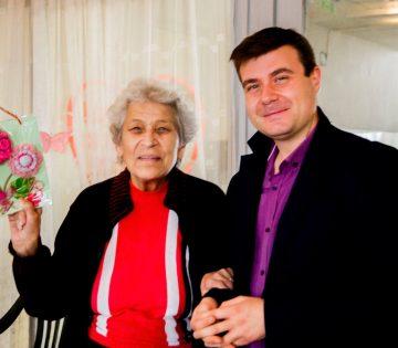 Любомир Чакъров с баба Мария от Старческия дом в Пловдив