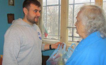 90-годишна пенсионерка дари храна за бедни