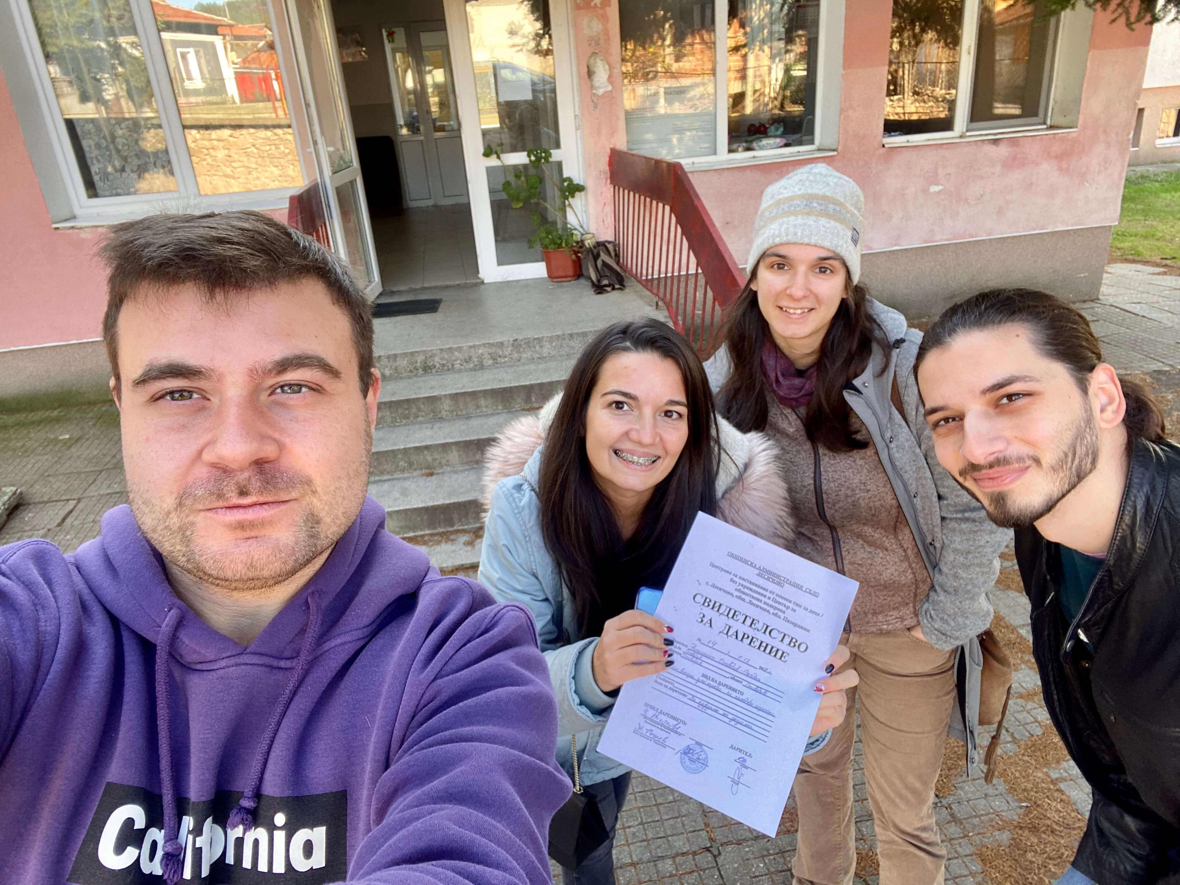 Любомир Чакъров и доброволци в кампанията Дари Дреха - Дари Топлина