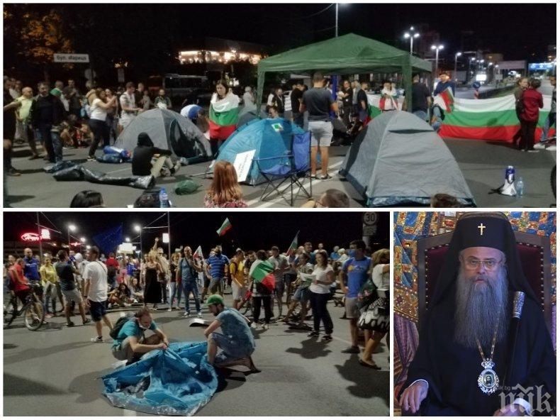 ГРОЗНО: Метежниците на Радев в Пловдив се гаврят с Църквата