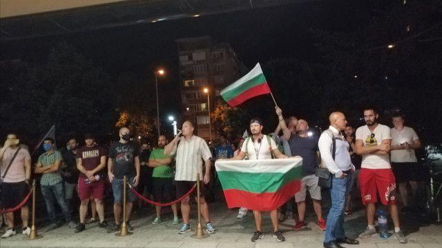 Протестиращи отново блокираха пловдивски хотел, за да търсят Караянчева